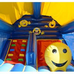 L'escalier, le toboggan et le grand smiley à l'intérieur du château gonflable